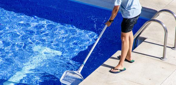 Guides et conseils pour entretenir une piscine avec des produits naturels